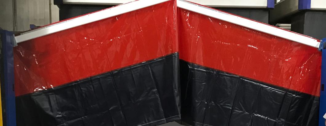 blae elektrische Schranken mit ro/schwarzen Schweißvorhängen