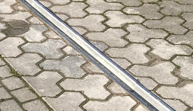 in Pflaster eingelassene Bodenschiene aus Edelstahl