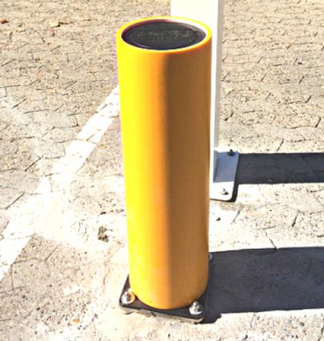 Rammschutzpoller gelb mit schwarzem Bodenflansch.