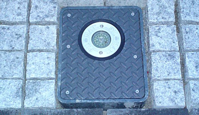 Abgesenkter Automatikpoller von Pilomat, montiert in Granitpflaster.