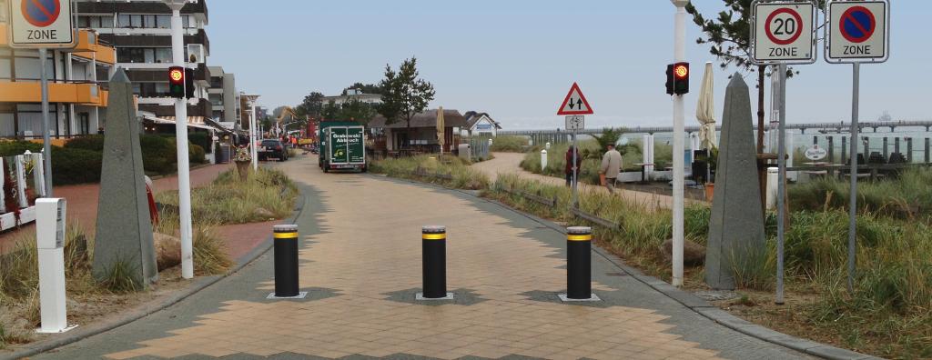 Drei versenkbare Poller sichern die Strandallee in Scharbeutz vor unbefugtem Befahren. Höhe 800 mm DRM 275 mm.