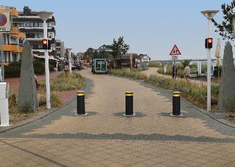 drei Automatiikpoller in dunkelgrau auf der Strandallee in Scharbeutz.