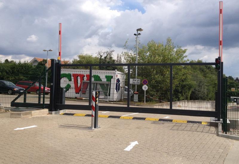 Automatische Schiebetor mit Schranken kombiniert  Standort Timmendorf