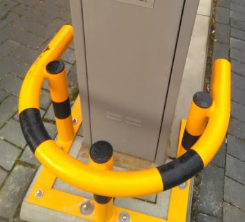 Rammschutzbügel melonengelb mit schwarzen Streifen auf 8 mm feuerverzinktem Tränenblech montiert.