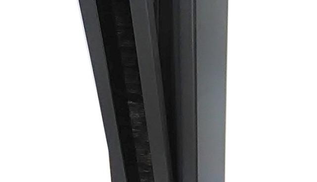 einhängen der Absperrkette am Kettenpfosten