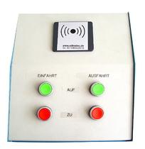 Bedientableau in Pultform mit je zwei großen grünen und roten Tasten. Zusätzlich mit Transponderkartenleser im oberen Bereich.