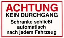 """Kunststoffschild zum Aufkleben. Text """"Achtung Schranke schließt automatisch nach jedem Fahrzeug"""""""