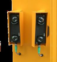 Zwei Reflexlichtschranken mit je zwei Linsen im Wettterschutzgehäuse. Angebaut an einem Schrankengehäuse