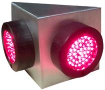 Dreieckige Ampel zur Wandmontage. Edelstahlgehäuse mit zwei LED- Ampeleunsätzen DRM je 56 mm.