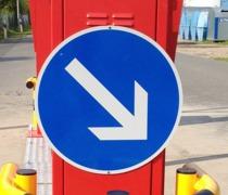 Verkehrsschild blau mit weißem Pfeil