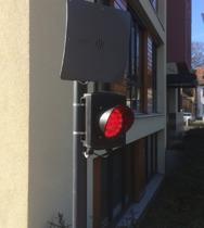 rote Signalanlage montiert an Rohrpfosten