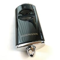 schwarzer Funkhandsender mit silbernem Schlüsselring von Hörmann
